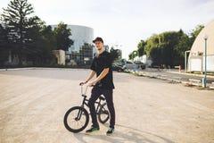 Cavaleiro novo da bicicleta de BMX Imagens de Stock Royalty Free