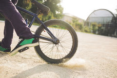 Cavaleiro novo da bicicleta de BMX Imagem de Stock Royalty Free