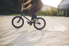 Cavaleiro novo da bicicleta de BMX Imagem de Stock