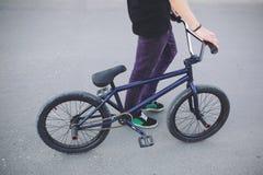 Cavaleiro novo da bicicleta de BMX Imagens de Stock