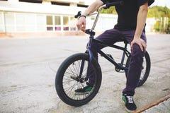 Cavaleiro novo da bicicleta de BMX Fotos de Stock Royalty Free