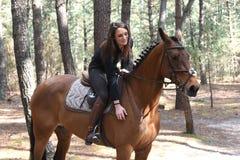 Cavaleiro novo na floresta Foto de Stock