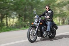 Cavaleiro novo que conduz a motocicleta Foto de Stock Royalty Free