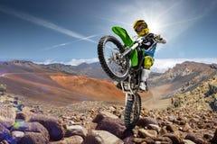 Cavaleiro profissional da bicicleta da sujeira que faz wheely imagens de stock