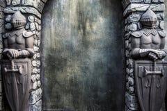 Cavaleiro Protectors Stone Statues e fundo rachado da parede do Grunge fotos de stock royalty free