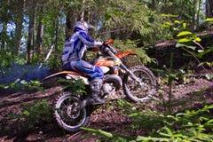 Cavaleiro que move-se sobre o terreno áspero Fotografia de Stock Royalty Free