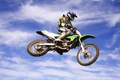 Cavaleiro transversal a de Moto Foto de Stock Royalty Free