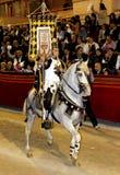 Cavaleiro vestido como um soldado romano antigo do legionário que monta um cavalo branco bonito fotografia de stock
