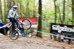 Cavaleiros da bicicleta na competição em declive. Fotografia de Stock