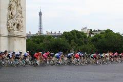 Cavaleiros da bicicleta Tour de France, fãs em Paris, França Competições de esporte Peloton da bicicleta Imagem de Stock Royalty Free