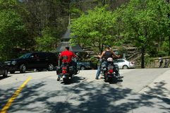 cavaleiros da motocicleta na cidade imagem de stock royalty free