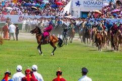 Cavaleiros de Horseback na cerimônia de inauguração de Nadaam Imagens de Stock