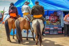 Cavaleiros de Horseback no deel tradicional, corrida de cavalos de Nadaam, Mongoli Imagens de Stock Royalty Free