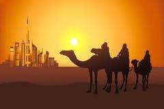Cavaleiros do camelo no deserto perto da cidade de Dubai Fotos de Stock Royalty Free