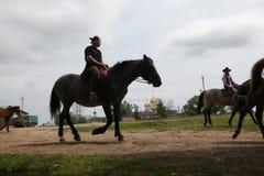 Cavaleiros do cavalo dentro em Mozhaysk perto de Moscou, Rússia Foto de Stock Royalty Free
