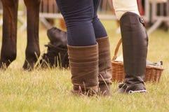 Cavaleiros do cavalo que estão com um cavalo Fotos de Stock