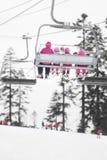 Cavaleiros do elevador de esqui do inverno Esporte e recreação Fotos de Stock Royalty Free