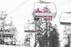 Cavaleiros do elevador de esqui do inverno Esporte e recreação Imagem de Stock Royalty Free