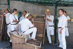 Cavaleiros do pequeno trenó do Toboggan que esperam turistas em Madeira, Portugal Fotos de Stock
