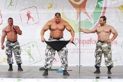Cavaleiros extremos do russo da mostra da força Mostre a halterofilistas atletas Imagens de Stock