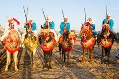 Cavaleiros marroquinos do cavalo durante o festival da fantasia Imagens de Stock