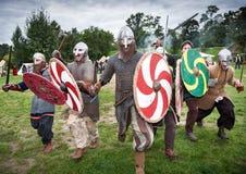 Cavaleiros medievais de ataque no hauberk Fotos de Stock Royalty Free