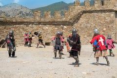 Cavaleiros medievais dos guerreiros na batalha fotos de stock