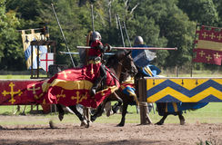 Cavaleiros medievais que Jousting no castelo de Warwick Imagem de Stock Royalty Free