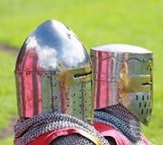 Cavaleiros medievais que sentam-se na frente de uma barraca Foto de Stock Royalty Free