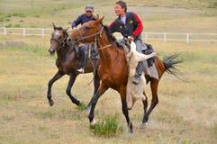 Cavaleiros novos em Quirguizistão Imagens de Stock