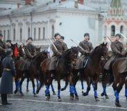 Cavalerie russe de soldats sous forme de grande guerre patriotique au défilé sur la place rouge à Moscou Photo libre de droits
