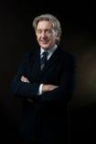 Cavalheiro de sorriso no fundo escuro Fotografia de Stock Royalty Free