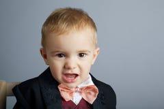 Cavalheiro irritado pequeno no cinza Foto de Stock Royalty Free