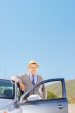 Cavalheiro maduro seguro com o chapéu que levanta ao lado de seu automobil Fotos de Stock Royalty Free
