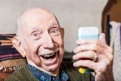Cavalheiro mais idoso que toma Selfie fotos de stock