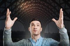 Cavalheiro milenar motivado que mantém suas mãos Fotos de Stock