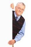 Cavalheiro que levanta atrás do painel branco Imagem de Stock Royalty Free