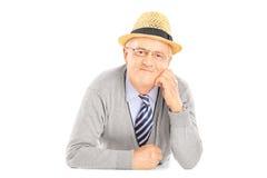 Cavalheiro superior com o chapéu que olha a câmera Fotos de Stock