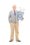 Cavalheiro superior que guarda uma reciclagem Imagem de Stock