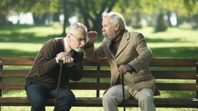 Cavalheiros superiores que falam a seu velho amigo do prejuízo de audição, problemas de saúde vídeos de arquivo