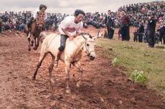 Cavalier beau dans la course de chevaux Images libres de droits