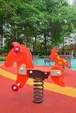 Cavalier coloré de ressort chez le terrain de jeu des enfants Photos libres de droits