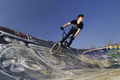Jeune cavalier de bicyclette de bmx Images stock