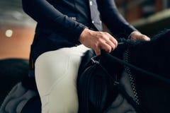 Cavalier de cheval sur un cheval dans une arène d'équitation Photographie stock