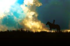 Cavalier de horseback au-dessus de ciel bleu sur un bâti Photos libres de droits