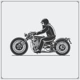 Cavalier de moto avec le casque de coureur sur la moto Emblème de club de cyclistes Type de cru illustration libre de droits