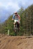Cavalier de motocross sautant une hausse Photo libre de droits