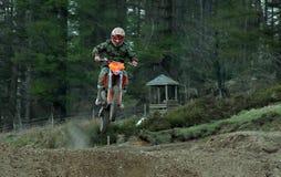 Cavalier de motocross sautant une hausse Photos stock
