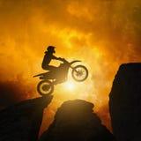 Cavalier de Motorcircle dans les roches Image stock