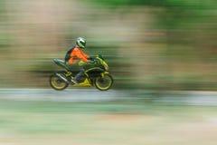 Cavalier de vélo dans la cuisson de tache floue de mouvement Photo libre de droits